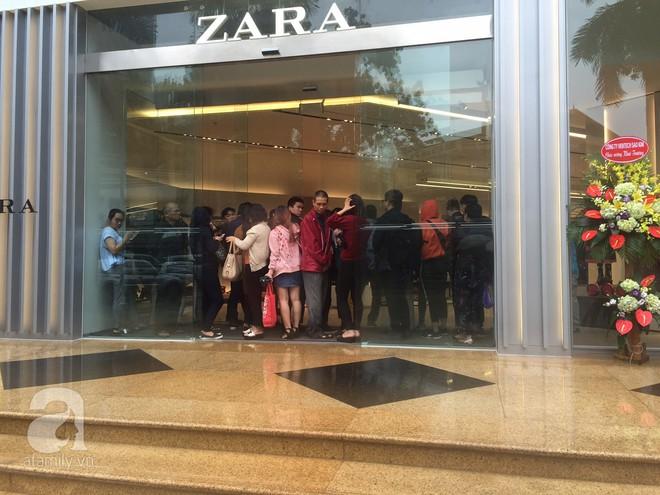 Zara Hà Nội khai trương: trưa lượng người kéo đến chật cứng cả 3 tầng - Ảnh 1.