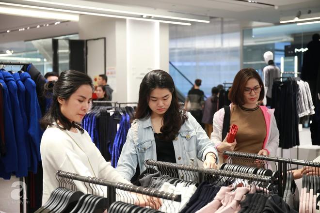 Zara Hà Nội khai trương: trưa lượng người kéo đến chật cứng cả 3 tầng - Ảnh 7.