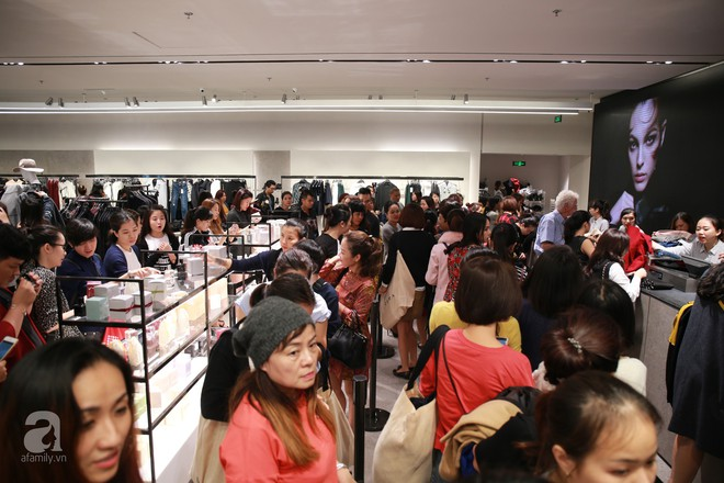 Zara Hà Nội khai trương: trưa lượng người kéo đến chật cứng cả 3 tầng - Ảnh 19.