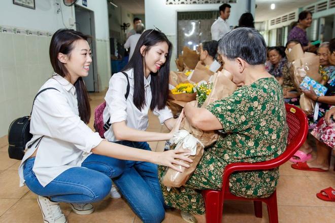 Thùy Dương, Kikki Lê tặng hoa và quà cho những cụ già neo đơn nhân Trung thu - ảnh 5