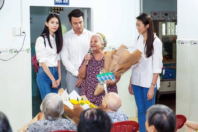 Thùy Dương, Kikki Lê tặng hoa và quà cho những cụ già neo đơn nhân Trung thu - ảnh 2