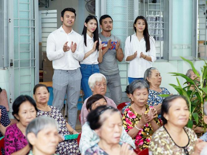 Thùy Dương, Kikki Lê tặng hoa và quà cho những cụ già neo đơn nhân Trung thu - ảnh 3