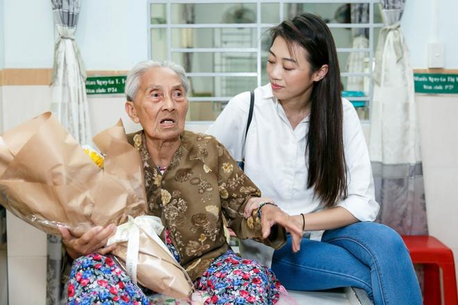 Thùy Dương, Kikki Lê tặng hoa và quà cho những cụ già neo đơn nhân Trung thu - ảnh 8