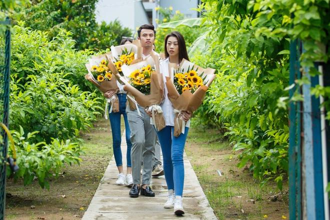 Thùy Dương, Kikki Lê tặng hoa và quà cho những cụ già neo đơn nhân Trung thu - ảnh 1