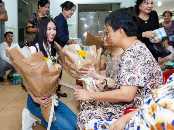 Thùy Dương, Kikki Lê tặng hoa và quà cho những cụ già neo đơn nhân Trung thu - ảnh 4