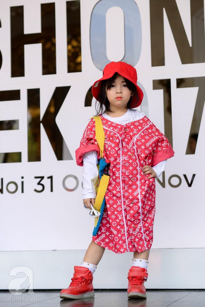 Tổng kết VIFW: Nổi bật nhất là street style vừa cool ngầu vừa yêu của loạt fashionista nhí  - Ảnh 10.