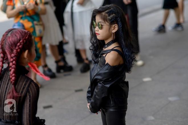 Tổng kết VIFW: Nổi bật nhất là street style vừa cool ngầu vừa yêu của loạt fashionista nhí  - Ảnh 11.