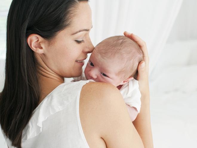 Không phải bế sao cũng được, bế trẻ sơ sinh sai cách sẽ ảnh hưởng xấu đến cột sống của con lắm đấy mẹ ạ! - Ảnh 2.