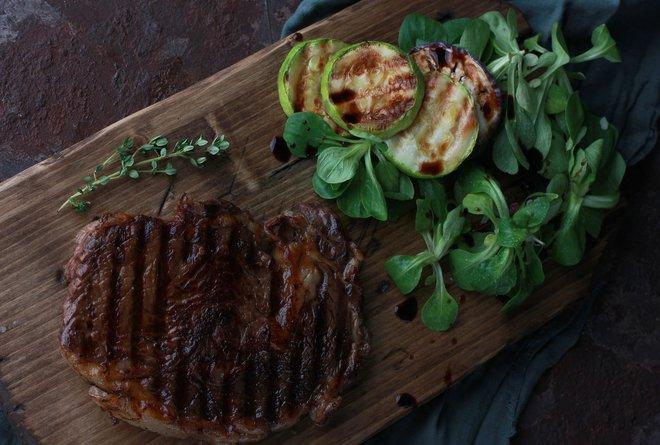 Muốn làm bò bít tết ngon như nhà hàng 5 sao, hãy thử chế biến bằng lò nướng - Ảnh 1.