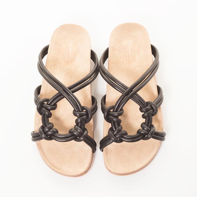Sau đan dây, xu hướng sandals đang chuyển hướng sang kiểu thắt nút lạ đời - Ảnh 5.
