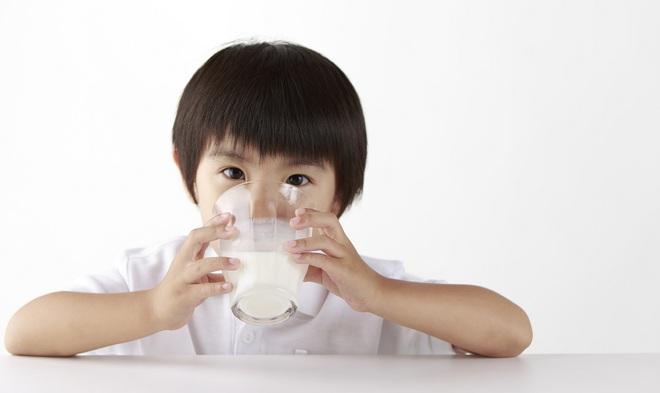 Sữa công thức có thực sự cần thiết cho trẻ sau 1 tuổi? Sự thật sẽ khiến bố mẹ ngã ngửa! - Ảnh 2.