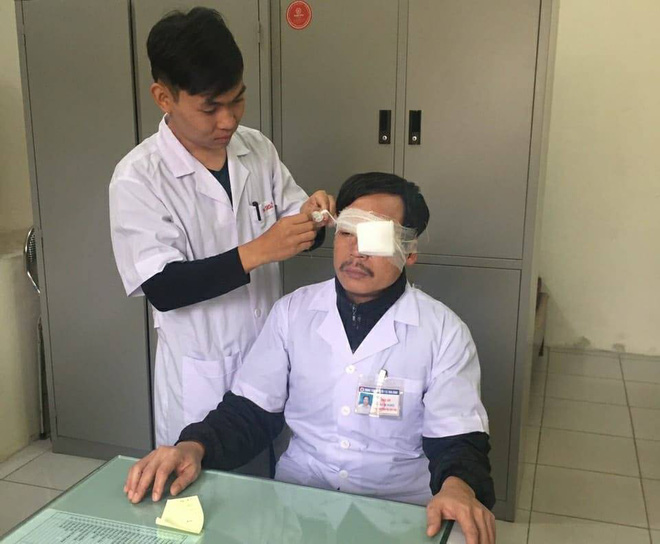 Thái Bình: Bác sĩ bị người nhà bệnh nhân đánh gãy mũi khi đang cấp cứu bên vệ đường - Ảnh 1.
