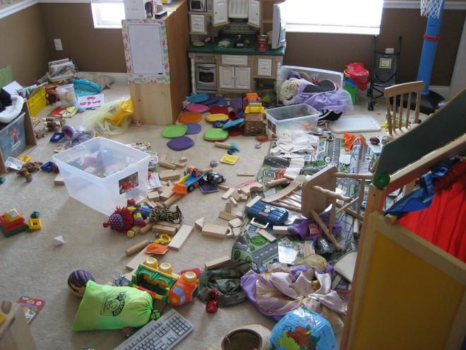 Vì câu nói này của chồng mà người vợ đã thức tỉnh và quyết định không dọn dẹp đồ chơi cho con nữa - Ảnh 2.
