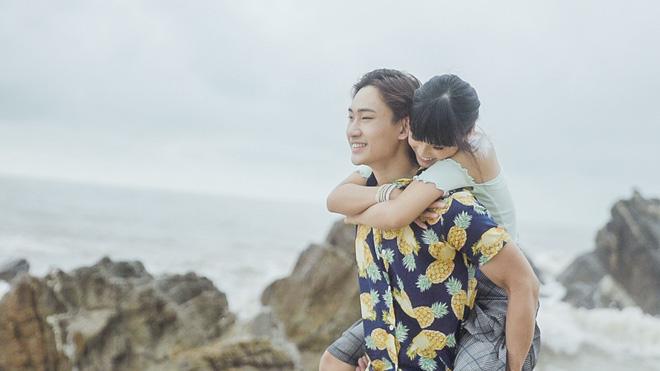 Hoàng Yến Chibi ngọt ngào ôm hôn trai đẹp giữa bãi biển - Ảnh 3.