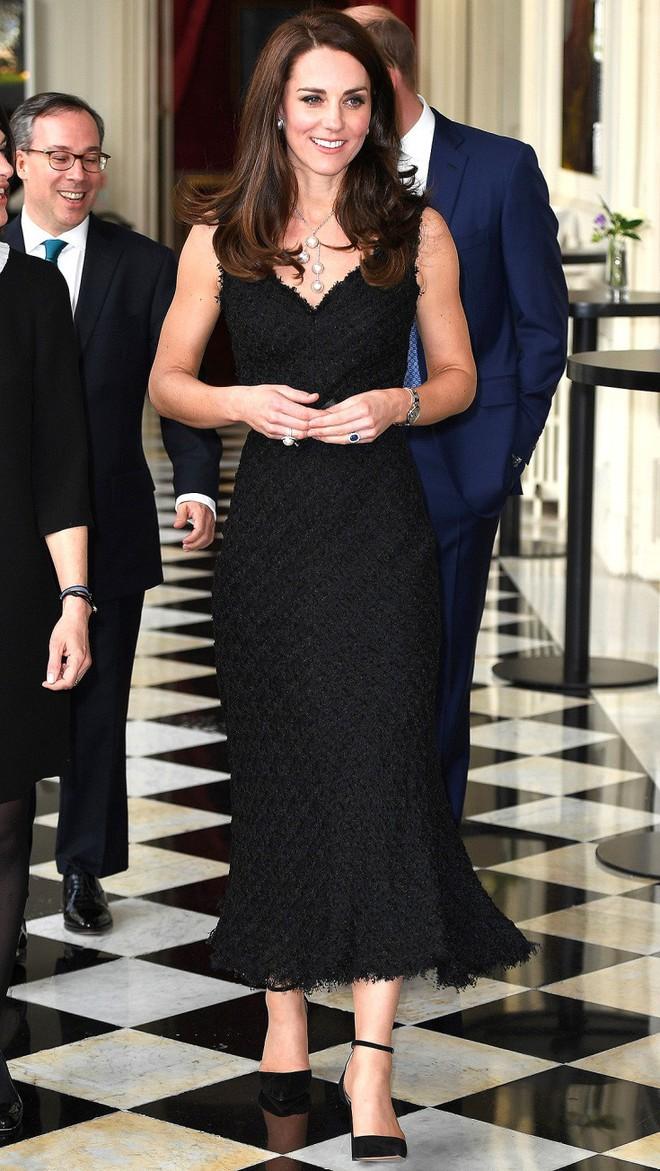 Tổng kết năm 2017, Công nương Kate đã chi khoảng 3.5 tỷ đồng mua sắm quần áo - Ảnh 19.