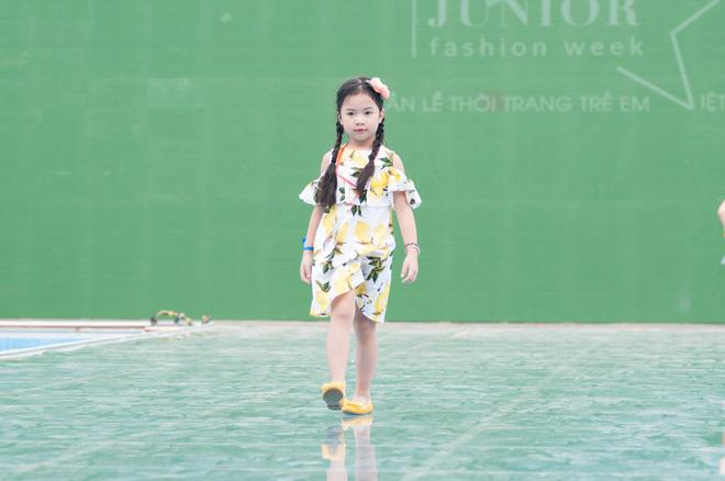 Dàn mẫu nhí thử nghiệm sàn diễn trên mặt nước trong buổi tổng duyệt của Tuần lễ thời trang Thiếu nhi 2017 - Ảnh 4.