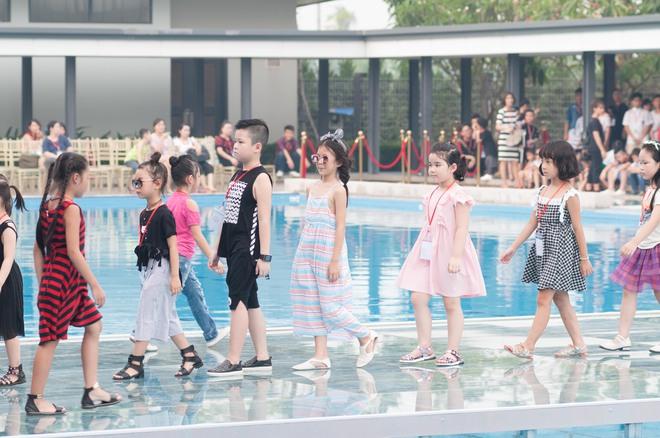 Dàn mẫu nhí thử nghiệm sàn diễn trên mặt nước trong buổi tổng duyệt của Tuần lễ thời trang Thiếu nhi 2017 - Ảnh 3.