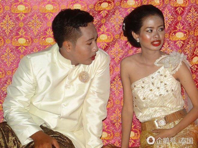 """Cô dâu chú rể uất hận vì thuê nhầm thợ make up """"mất tâm"""", hóa trang như hề trong ngày cưới - Ảnh 1."""