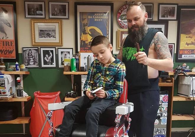 Nằm lăn ra đất để cắt tóc cho cậu bé, hành động này của người thợ đã được cả thế giới tung hô - ảnh 6
