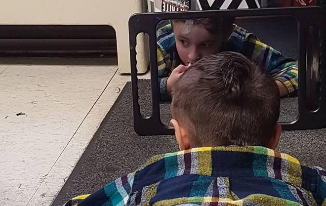 Nằm lăn ra đất để cắt tóc cho cậu bé, hành động này của người thợ đã được cả thế giới tung hô - ảnh 2