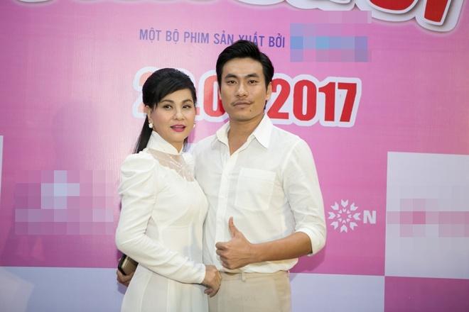Cát Phượng áo dài trắng dịu dàng, e ấp bên tình trẻ Kiều Minh Tuấn - Ảnh 1.