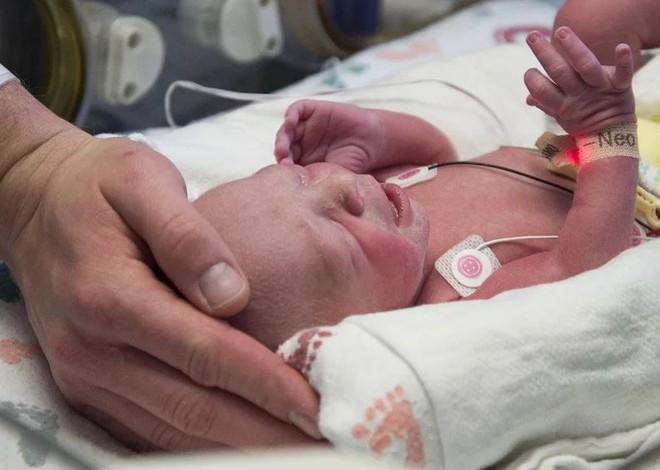 Dù sinh ra không có tử cung nhưng người phụ nữ này vẫn sinh được con như bao người - Ảnh 2.
