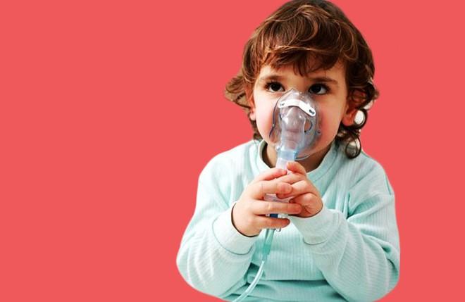 Nằm lòng 4 giai đoạn trẻ bị viêm phế quản phổi chưa đủ, mẹ cần ghi nhớ 19 chỉ dẫn chăm sóc tại nhà này nữa - Ảnh 1.