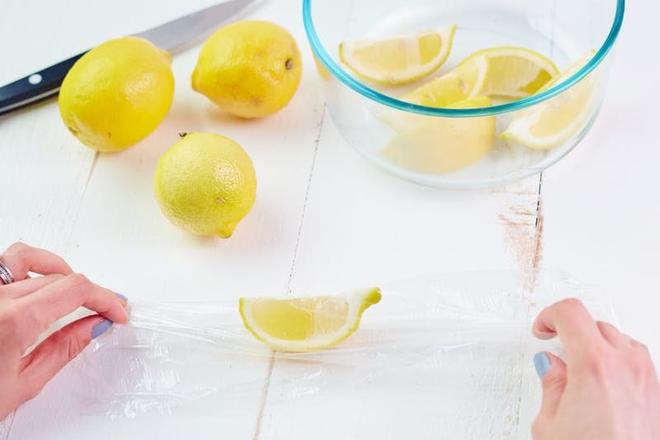 Từ khi biết cách, tôi chẳng còn phải vứt mấy quả chanh bổ đôi còn thừa nữa, chanh không héo ủng mà cực tươi - Ảnh 5.