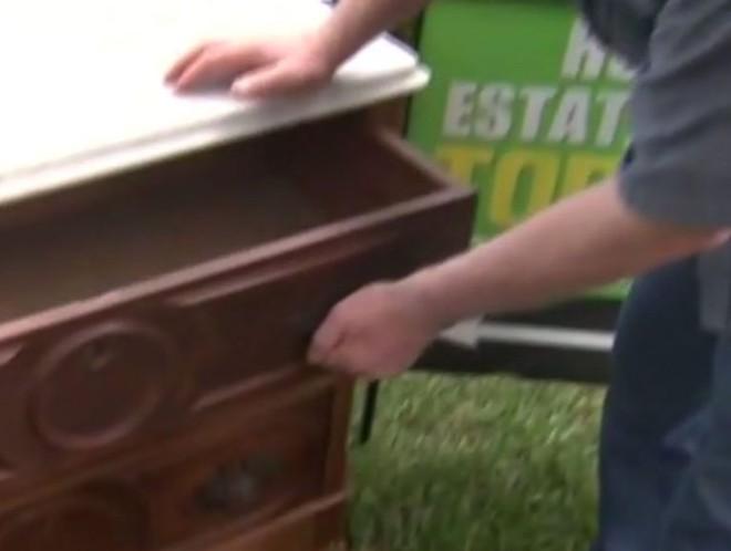 Bỏ 100 USD mua chiếc tủ cũ kỹ, người đàn ông choáng váng khi mở ngăn kéo ra - Ảnh 3.