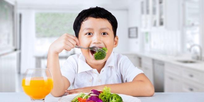 Cha mẹ nào cũng cần hỏi con câu này trong mỗi bữa ăn để trẻ ăn uống lành mạnh - Ảnh 2.