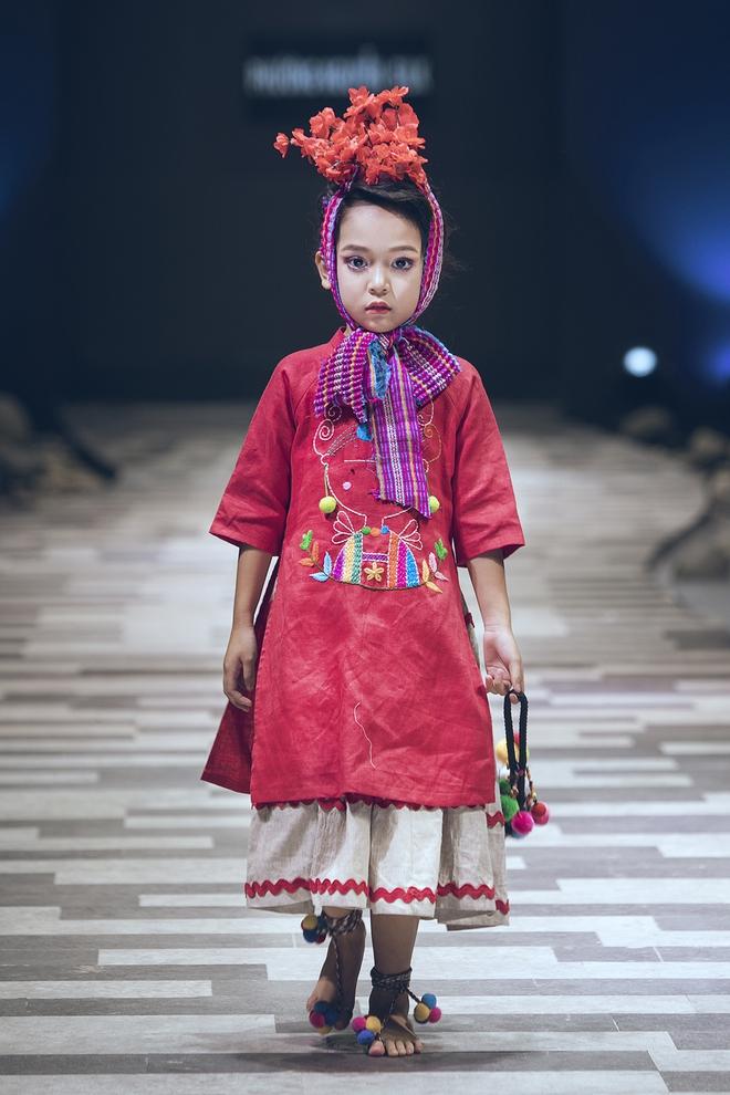 Hoa hậu Hương Giang, Trương Quỳnh Anh nắm tay con sải bước trên sàn catwalk ngày thứ 2 Tuần lễ Thời trang Thiếu nhi - Ảnh 7.