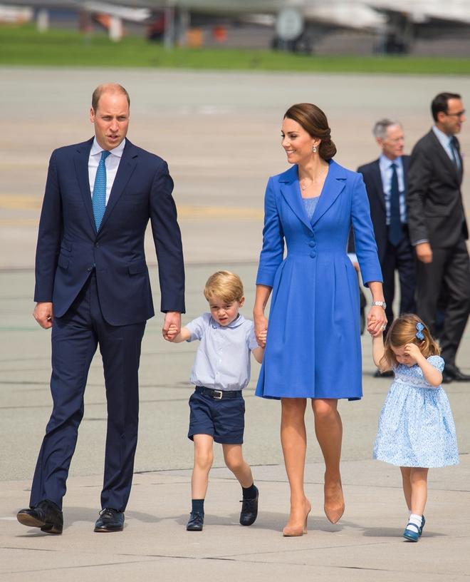 Giống nhiều bà mẹ khác, công nương Kate cũng thích mặc đồ tông xuyệt tông với con mình - Ảnh 1.