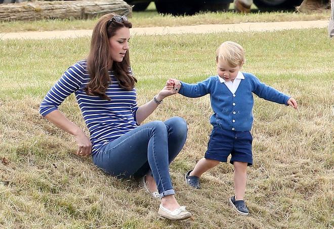 Giống nhiều bà mẹ khác, công nương Kate cũng thích mặc đồ tông xuyệt tông với con mình - Ảnh 4.