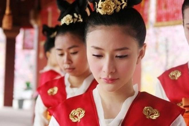 Số phận cung nữ thời Trung Hoa phong kiến: ngủ không được ngửa mặt, đau ốm không được chữa, kết duyên cùng thái giám - Ảnh 2.