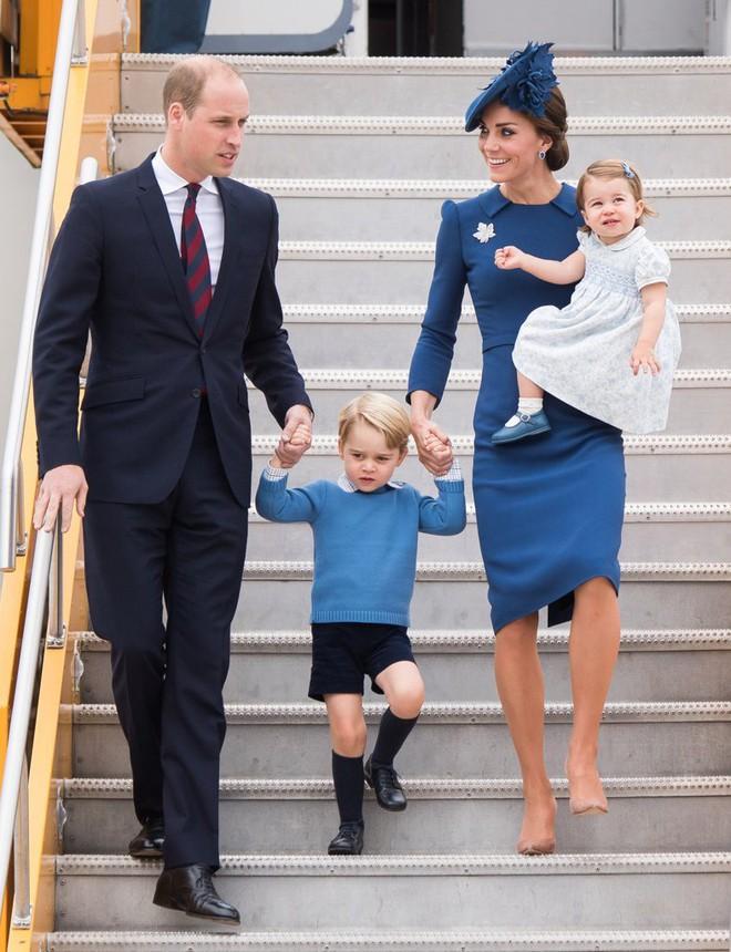 Giống nhiều bà mẹ khác, công nương Kate cũng thích mặc đồ tông xuyệt tông với con mình - Ảnh 2.