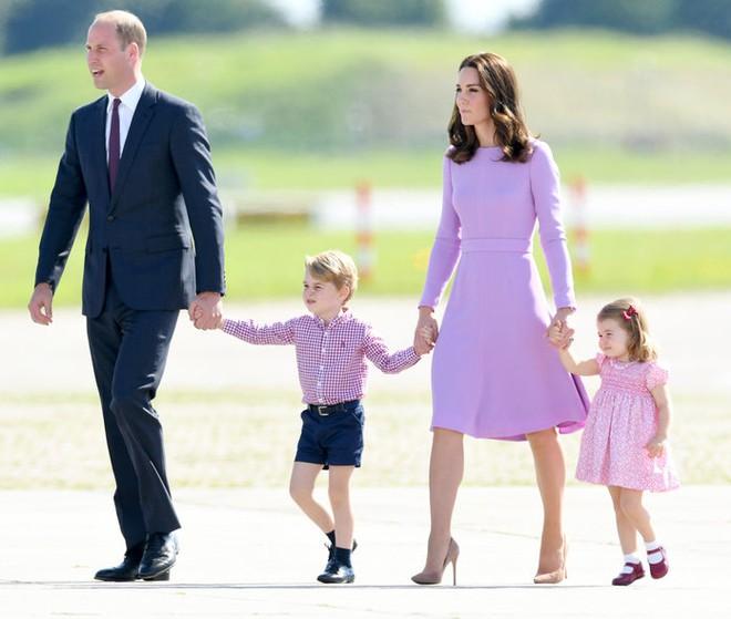 Giống nhiều bà mẹ khác, công nương Kate cũng thích mặc đồ tông xuyệt tông với con mình - Ảnh 7.