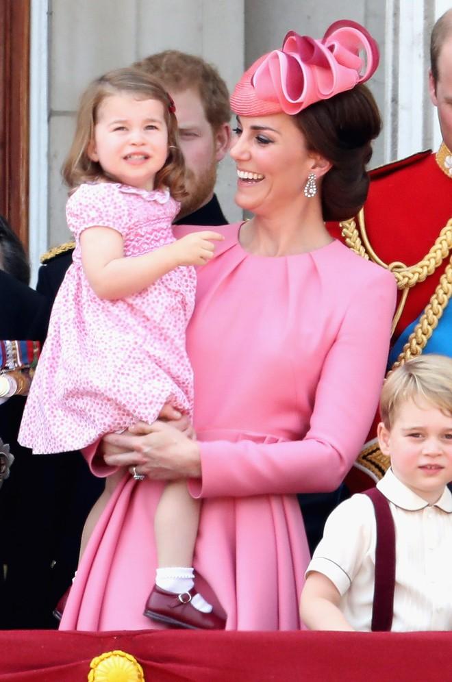 Giống nhiều bà mẹ khác, công nương Kate cũng thích mặc đồ tông xuyệt tông với con mình - Ảnh 10.