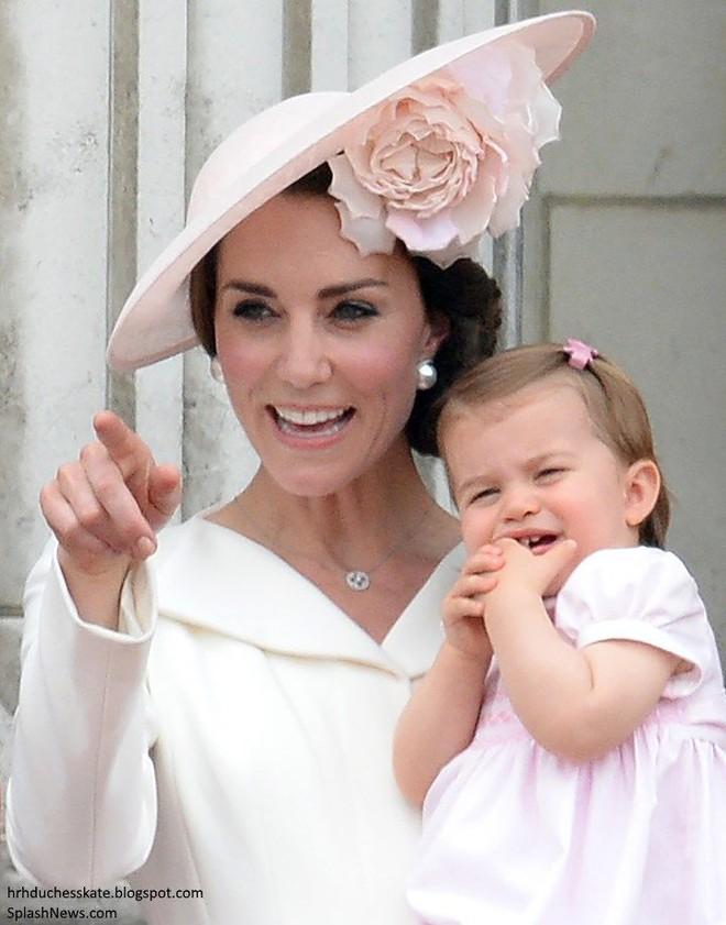 Giống nhiều bà mẹ khác, công nương Kate cũng thích mặc đồ tông xuyệt tông với con mình - Ảnh 9.