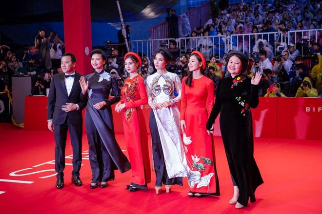 Ngô Thanh Vân cùng hội mỹ nhân Cô Ba Sài Gòn diện áo dài nổi bật trên thảm đỏ LHP Busan - Ảnh 2.
