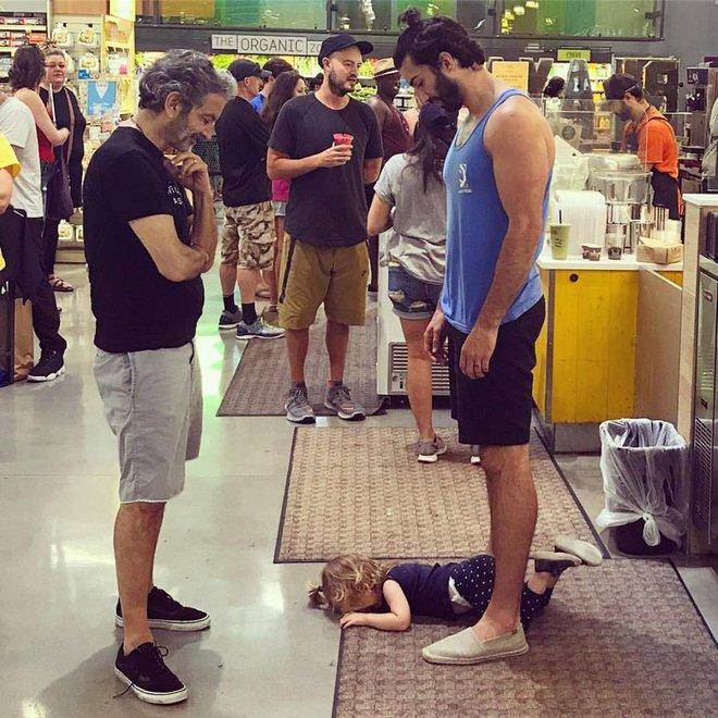 Con nằm ăn vạ dưới sàn nhà siêu thị, ông bố nổi tiếng chỉ thản nhiên nhìn và lý do của anh là... - Ảnh 4.