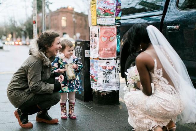 Gặp cô dâu chụp hình cưới giữa đường, bé gái khăng khăng bảo đây không phải cô dâu mà là…