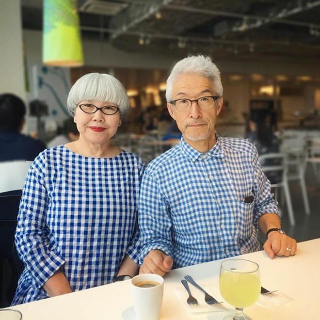 Ai cũng ước như cặp vợ chồng này, kết hôn 37 năm vẫn chăm mặc đồ đôi như ngày mới yêu - Ảnh 2.
