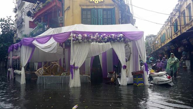 Ai sắp cưới nhớ xem dự báo thời tiết, đừng như hôm nay, bão đánh sập rạp, khách tưởng đám cưới con gái Thủy Tề - Ảnh 5.