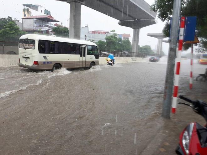 Hà Nội: Nơi mưa ngập trắng băng, dân thi nhau bắt cá, nơi chỉ đủ ướt đường - Ảnh 3.