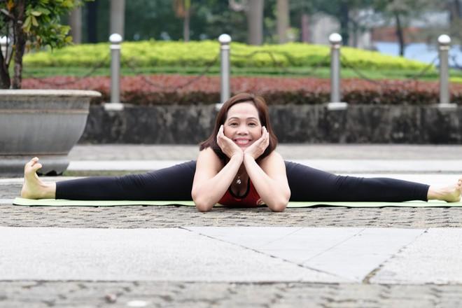 """Đẹp và khỏe hơn nhờ tập yoga, người phụ nữ này thường xuyên được khen """"như hai chị em"""" khi đi cùng con gái - Ảnh 1."""