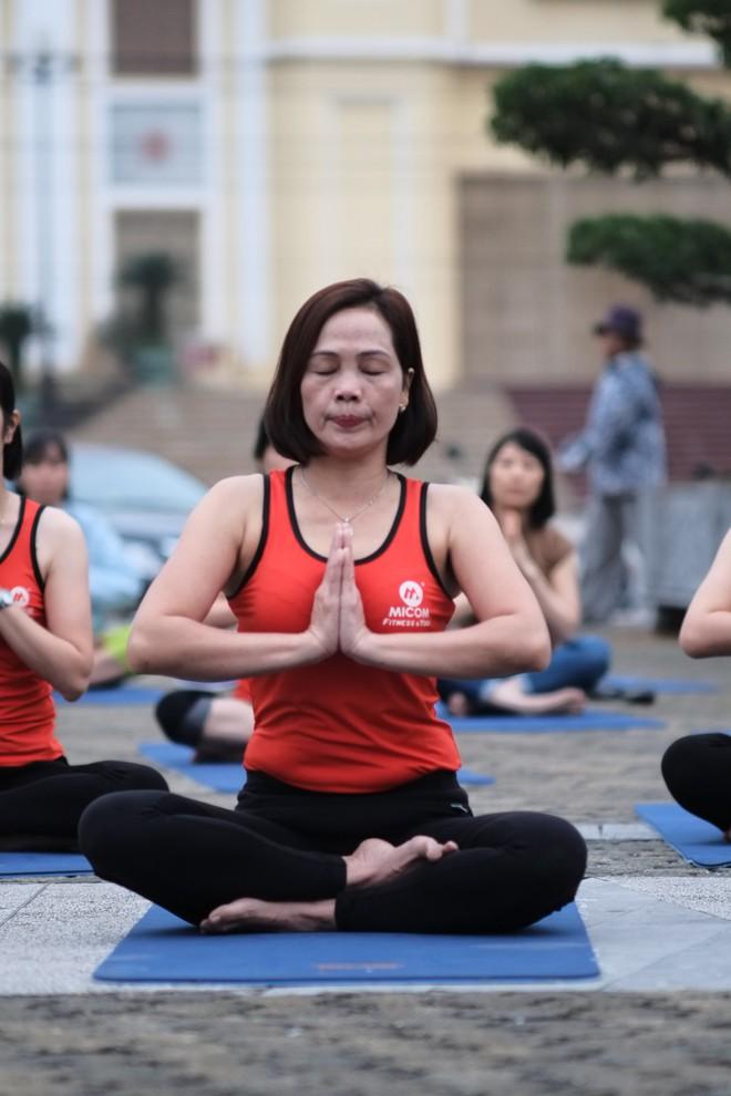 """Đẹp và khỏe hơn nhờ tập yoga, người phụ nữ này thường xuyên được khen """"như hai chị em"""" khi đi cùng con gái - Ảnh 9."""