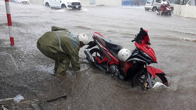 Hà Nội: Nơi mưa ngập trắng băng, dân thi nhau bắt cá, nơi chỉ đủ ướt đường - Ảnh 4.