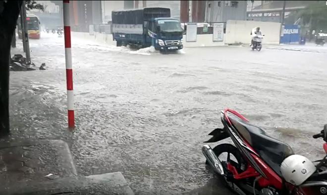 Hà Nội: Nơi mưa ngập trắng băng, dân thi nhau bắt cá, nơi chỉ đủ ướt đường - Ảnh 6.