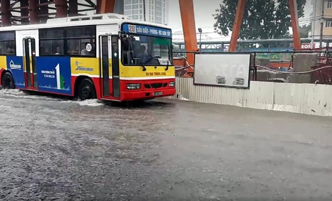 Hà Nội: Nơi mưa ngập trắng băng, dân thi nhau bắt cá, nơi chỉ đủ ướt đường - Ảnh 7.