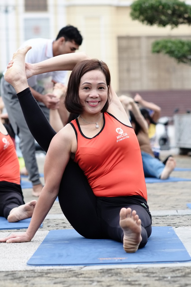 """Đẹp và khỏe hơn nhờ tập yoga, người phụ nữ này thường xuyên được khen """"như hai chị em"""" khi đi cùng con gái - Ảnh 4."""